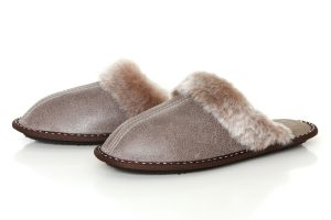 Дамски домашни чехли от естествена кожа с пух - бежов крек